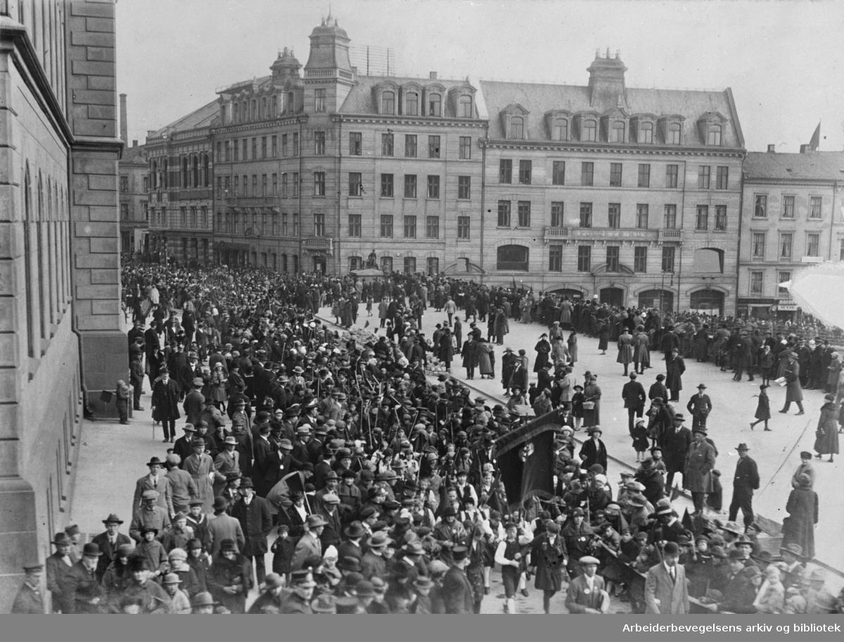 1. mai 1925. Barnetoget passerer Møllergata 19 med Folkets Hus i bakgrunnen.
