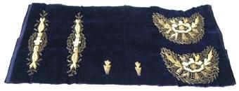 Broderi med guldtråd och glaspärlor på violett sammet.  Stycket har svart glättad satin på undersidan.