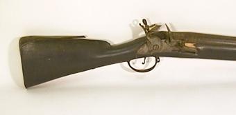 Ryskt muskedunder med svartbetsad kolv, stock och laddstake. Tillverkad i TULA 1784 enligt inskription på pipan.