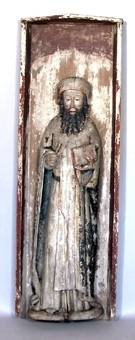 Skulpturen föreställer en mansfigur som håller en bok i sin vänstra hand och ett attribut i höger hand. Han bär en huvudbonad, ett kläde med band i midjan och en mantel. Huvudbonaden är i en klar röd färg, ev två skikt, kanten är förgylld. Hår och skägg är målat i en gråsvart färg. Klädnaden är vit med inslag av rött längs kanterna. Manteln är svart med ett schablonerat guldmönster, bårder är förgyllda och fodret blått. Karnationen har röda kanter och lågt sittande kindrosor.   Skulpturen står i ett skåp men de två enheterna har separerats. Skulpturen är skuren i ett ljust lövträ och baksidan är grunt urholkad med rak yxa. Höger hand är intappad. Skåpets sidor är något vinklade och fästa mot bakstycket med hjälp av naror. I överkant mot bakstycket och sidornas insida och utsida ligger en mörkröd färg. Tre smidda spikar som tjänat som infästning av skulpturen sitter kvar i skåpets bakstycke.