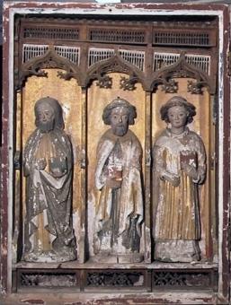Altarskåp i trä med figurer i ljust lövträ och masverk i ek. Korpus har fem nischer och vardera dörr har tre nischer. I den högra dörren är en nisch bortsågad. Madonna och tre helgon är bevarade i korpus, i vänster dörr är alla tre apostlarna bevarade och i höger endast en. Bakgrundens glansförgyllning ligger till stor del på duk som lossnat. Bakom masverket är det målat med caput mortum, ramverket är rött med schabloner och hålkälarna är blå. Figurerna har glansförgyllningar och imitationsförgyllningar. Madonnans mantel är matt blå, azurit, med bård i guld och klädnaden är glansförgylld. Några partier av dörrarnas utvändiga målning är bevarad.