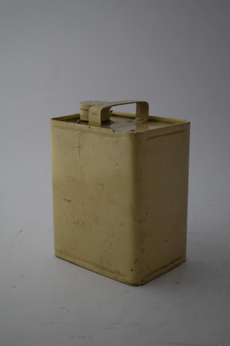 Kanne for benzolsprit (medisinsk sprit). Rektangulær beholder med skrukork og håndtak. Har vært brukt i sanitetsvogn ved jernbanetransport.