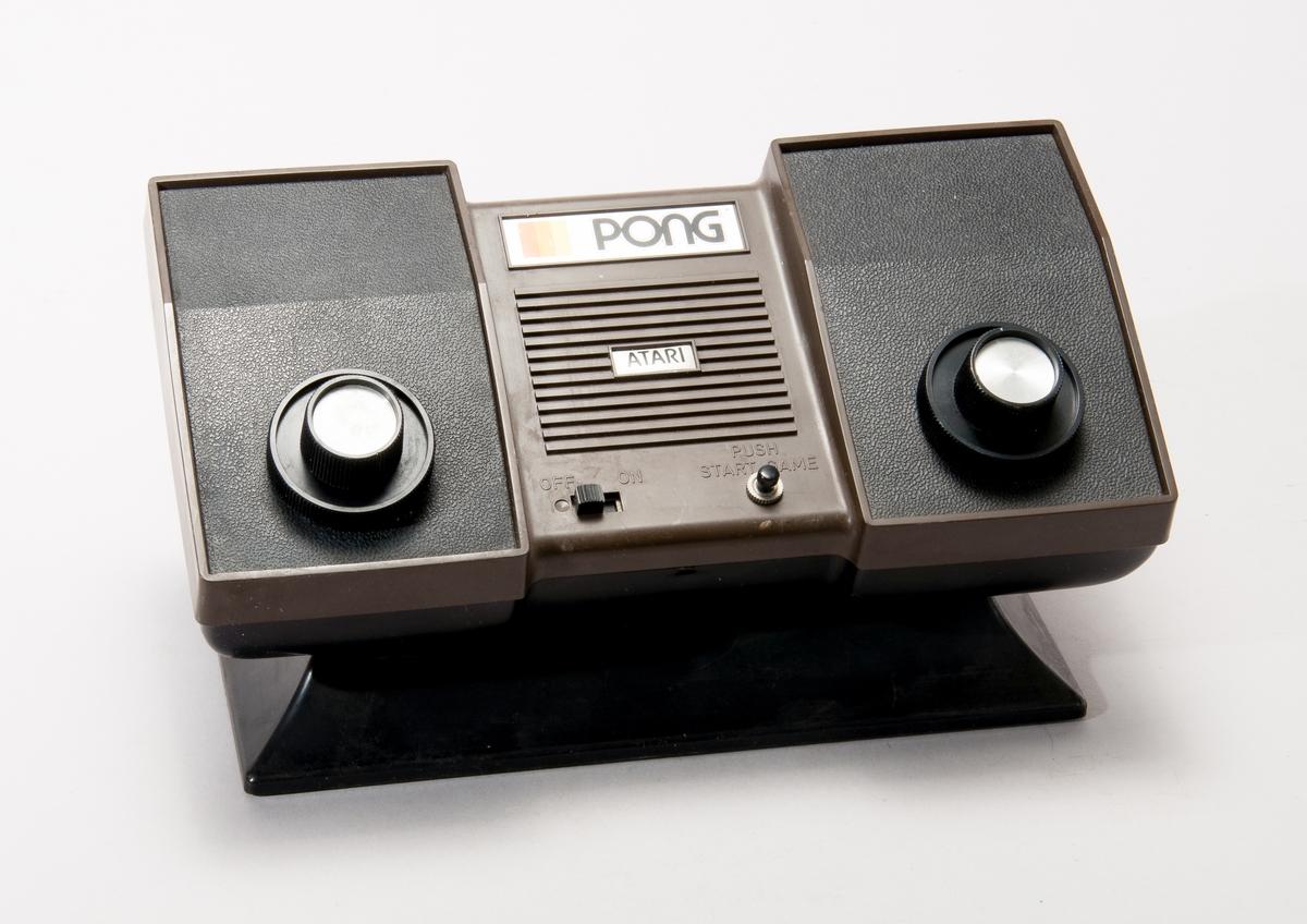 Ataris hemkonsol Pong släpptes till julmarknaden i USA 1975. Konsolen kopplades till TV:n och innehåll ett tennisliknande digitalt spel. Pong blev en stor framgång och brukar ofta anses som startpunkten för de digitala spelens erövring av hemmen.