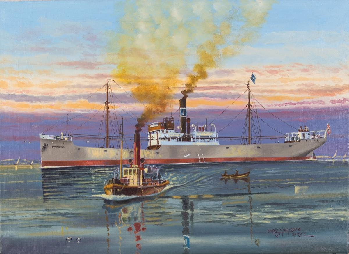Skipsportrett av DS MAURITA under fart. Ser en slepebåt og robåt i forgrunnen. Rederimerke til rederiet J. M. Johannsessen på vimpel og skorstein, samt norsk flagg i akter.