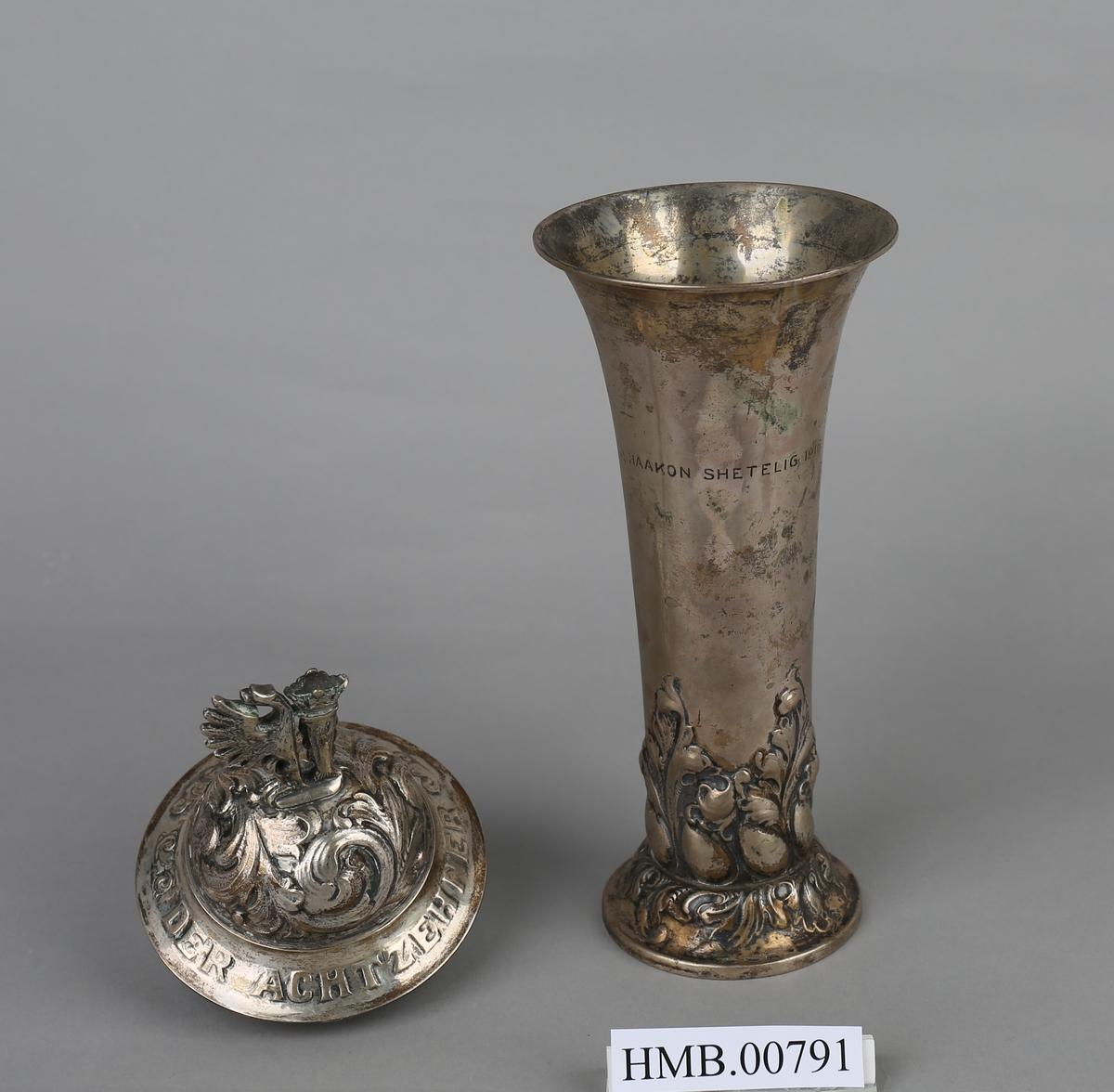 Pokal i sølv med kontorets våpenskjold som dekorasjon.