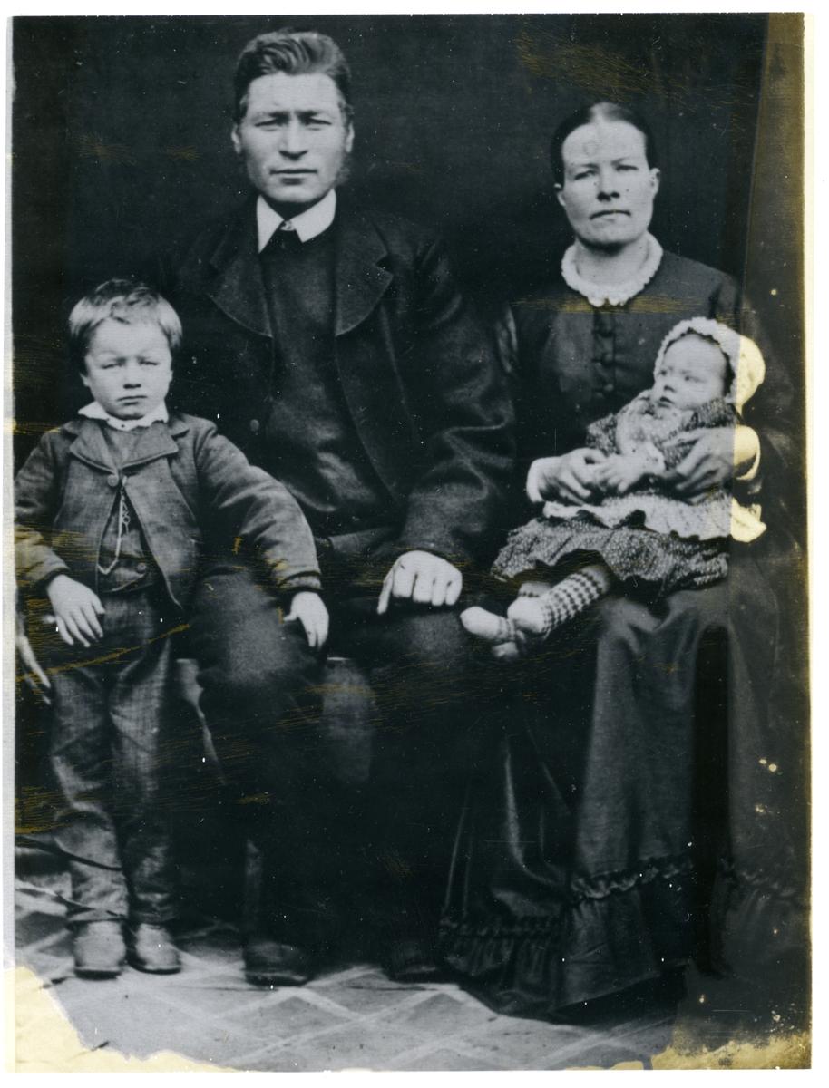 Portrett av ein familie med to små barn og ei kvinne og ein mann.