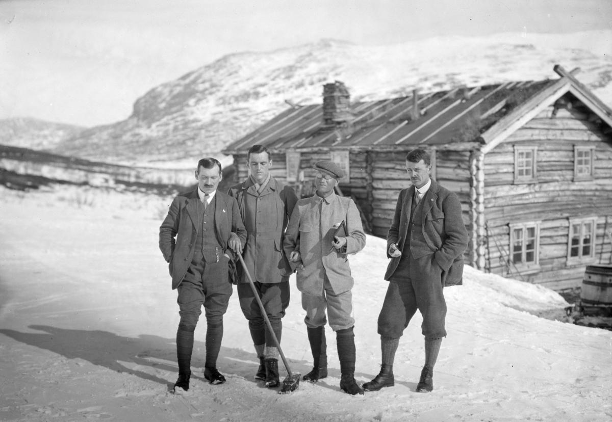 Sjodalen, Bessheim, fire menn står oppstilt ute på snøen