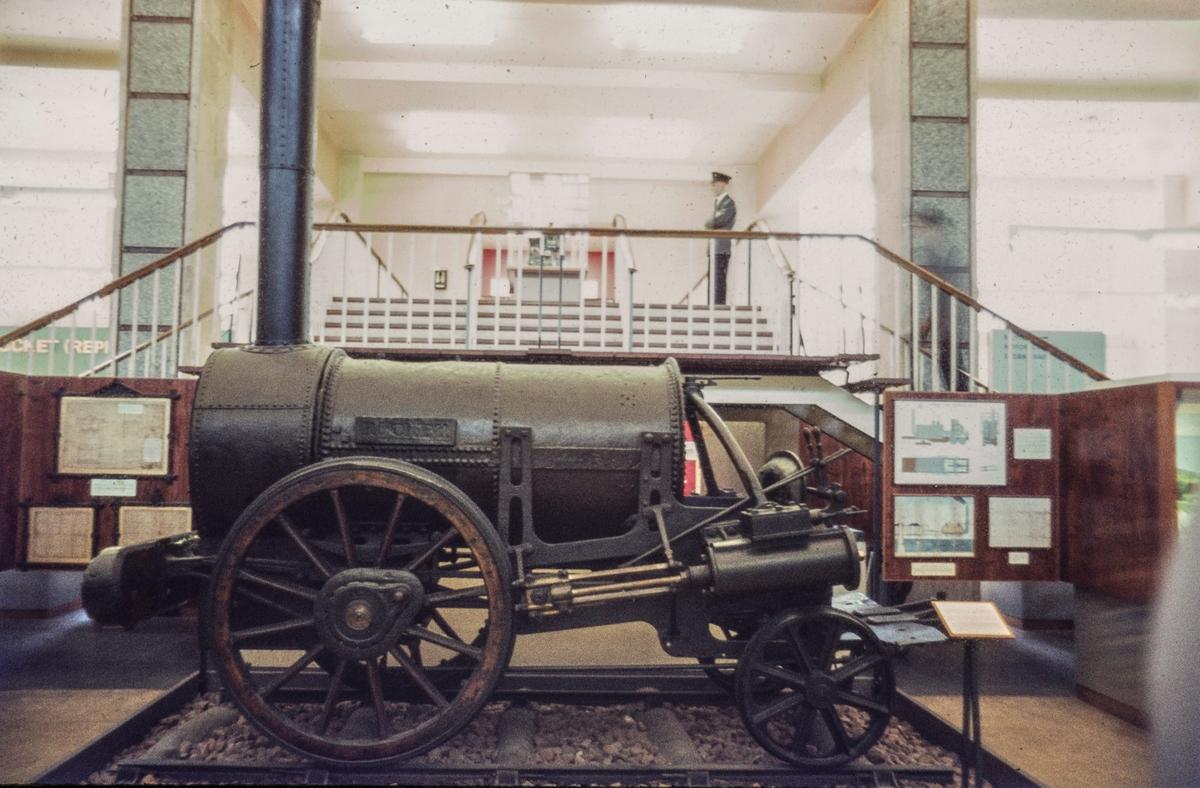 """Rocket. Det finnes flere """"replicas"""" av Stephenson's """"Rocket""""men dette er det som er igjen av den originale. Science Museum London."""