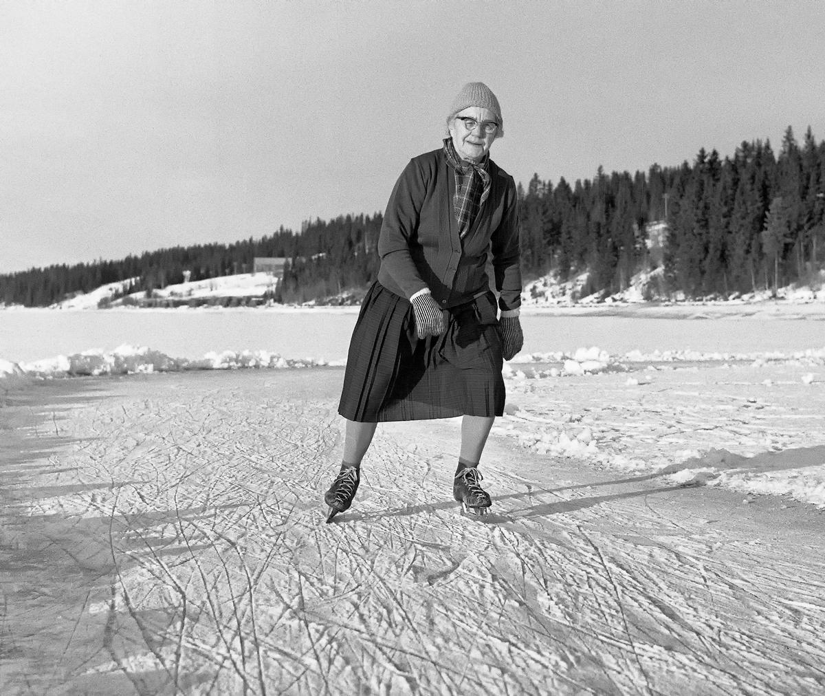 Bilde fra 1964 viser 80-årige Karoline Nergaard som går på skøyter på Osensjøen i Trysil. (Foto/Photo)