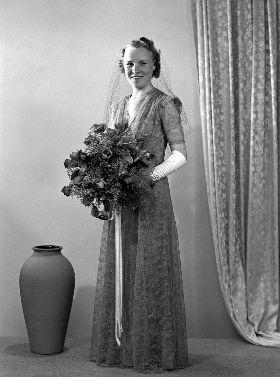 Porträtt av Karin Lillemor Öfverström, bördig från Hudiksvall. Dagen är den 3 april 1943 och tills denna stund har hon burit flicknamnet Lindén. Maken heter Gösta och är konditor vid bageriet Eriksson & Co på Sankt Larsgatan i Linköping.