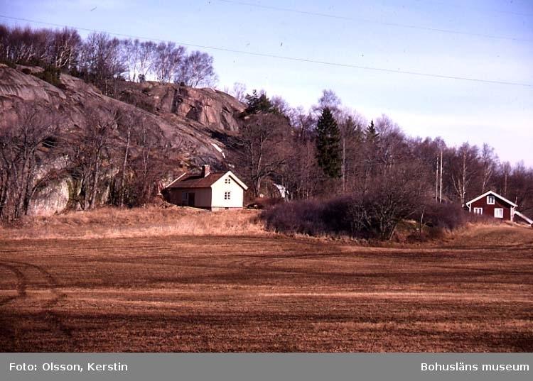 """Text på kortet: """"ES Strandhagen fd soldattorp ca 1800. Bro sn. April 1987""""."""