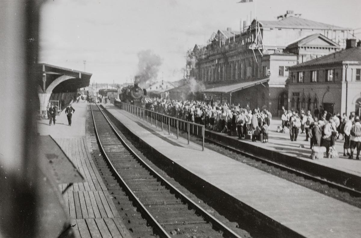 Påskeutfart fra Trondheim stasjon i 1953, sett fra lokomotivet.
