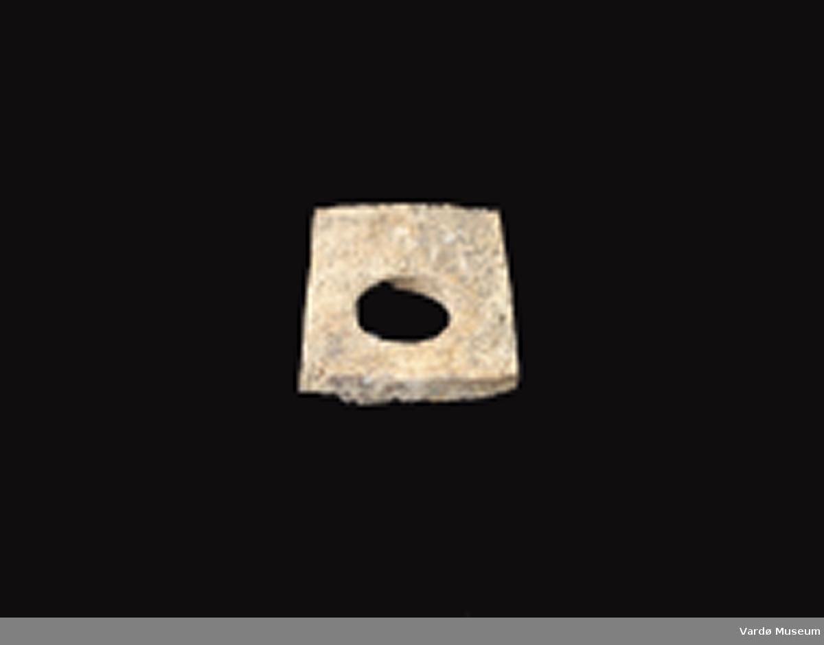 Firkantet og porøs, hull i midten 3,1 cm i diameter