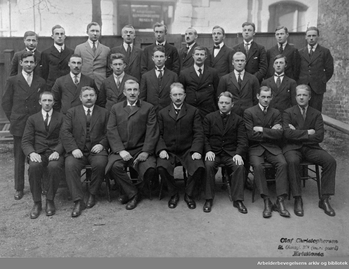 Konduktørklassen ved Jernbaneskolen i 1920. Lars Aslaksrud (nr. 3 fra v. i 1. rekke), var i mange år førstelærer ved Jernbaneskolen.
