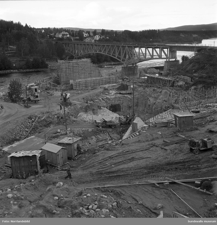Kraftverksbygget i Bergeforsen framskrider. Vyer, bergsprängare, svetsare och administrativ personal. På första bilden syns den gamla landsvägsbron till vänster samt järnvägsbron i högerkanten av bilden.