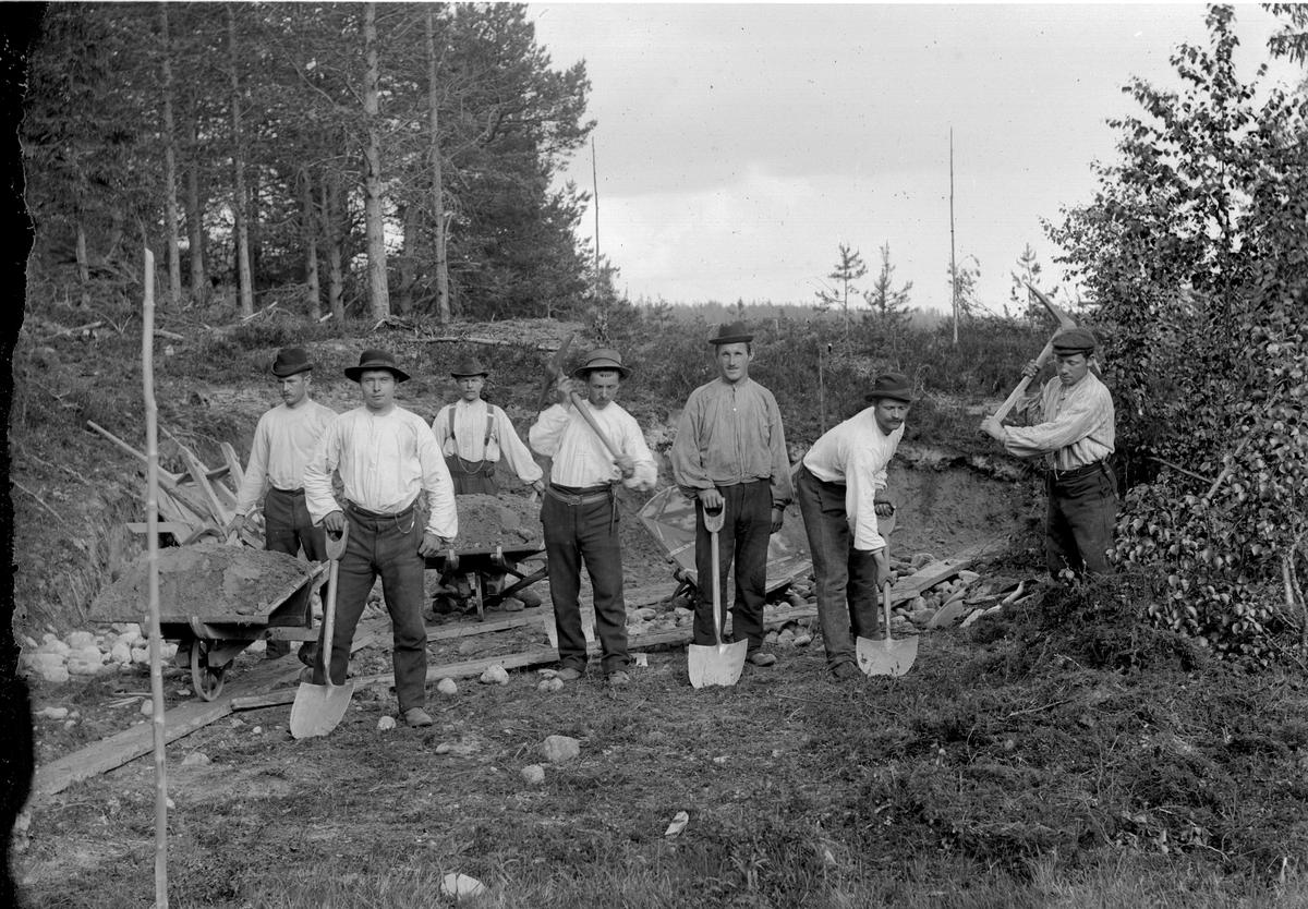Dokumentasjon av arbeid med et veiprosjekt, ant i Trysil. Ukjente arbeidere. Vegbygging.