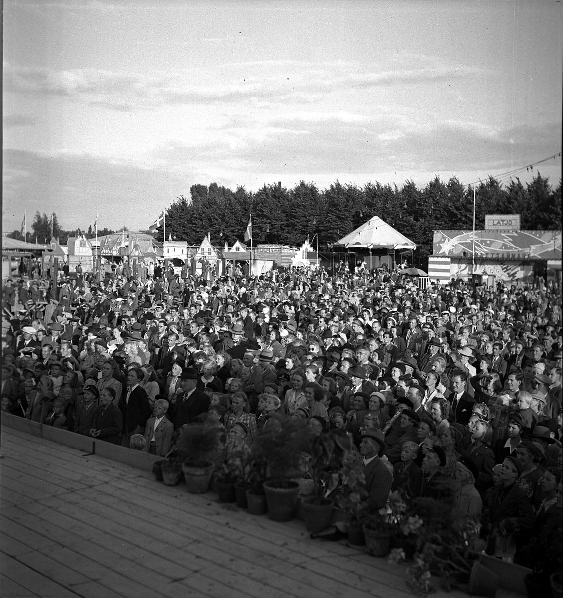 Hantverksutställningen 1947 i Kalmar. Publikhav framför stora scenen.