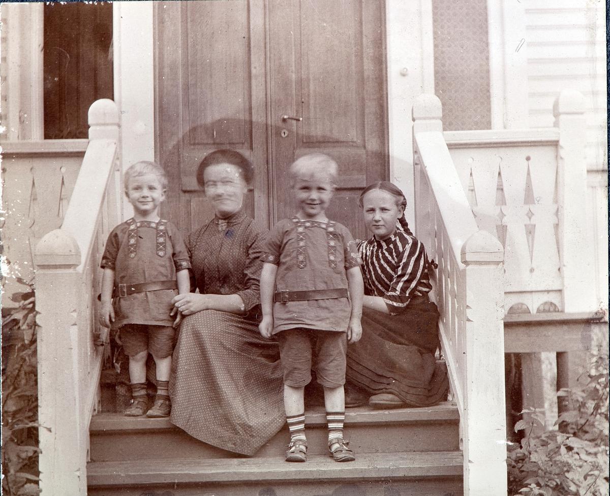 Hovedinngangen inngangen, ingeniørboligen, Aadals Brug. Gruppe, familiebilde, tre barn og voksen kvinne på hovedtrappa.