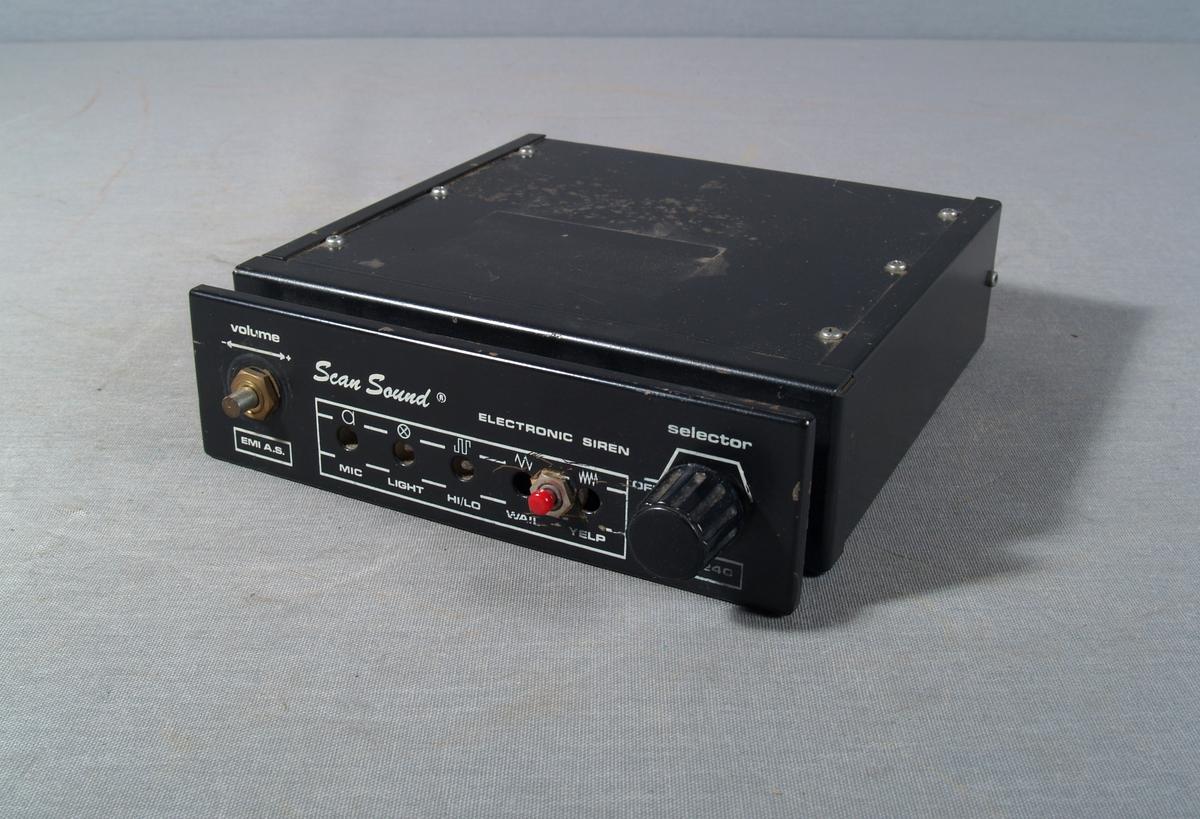 Sireneforsteker for montering i ambulanse. Rektangulær form med reguleringsknotter for lyd og tonesignal, tilkopling for 12V.