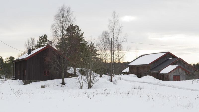 Svalgangsbygningen og driftsbygningen på Taraldrud februar 2018.