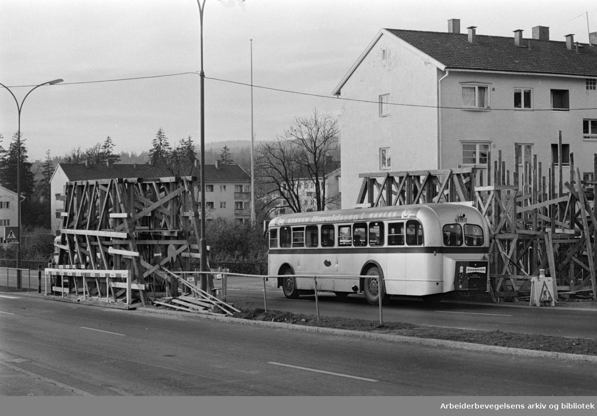 Ringveien. Ny fotgjengerovergang under bygging ved Rektorhaugen på Sogn. Oktober 1964