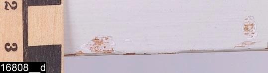"""Anmärkningar: Tebord, gustavianskt, daterat 1777.  Löstagbar bricka av fajans med målad dekor i form av prunkande blommor. Runt brickkanten finns ett målat dekormönster (bild 16808__c). Under brickan finns påskriften """"MB 77"""" d.v.s. Marieberg 1777 (bild 16808__b). Rester av vad som kan vara en målar- eller drejarsignatur finns också i anslutning till påskriften. Gustavianskt underrede som upptill är kälat och profilerat. Nedåt avsmalnande och kannelerade ben. H:775 Br:915 Dj:610  Tebordet är tillverkat under Håkans Steens ledning av Marieberg (1769-1782). Underredet är gråmålat. Denna färg är sekundär. Även originalfärgen är grå och skymtar fram på flera ställen (bild 16808__d).  Litteratur: Carl Hernmarck, Marieberg: En lysande representant för svenskt sjuttonhundratal, 1946  Tillstånd: Brickan är sprucken. En senare extra slå löper på bredden (bild 16808__e). Möjligen ditsatt efter att brickan spruckit.  Historik: Enligt uppgift (von Essen-Brahe) användes bordet i början av 1800-talet på ett slott i Södermanland för att sätta filmjölk i och så satt alla familjemedlemmarna runt om och åt. Bordet har ingått i """"Märta och Karl Adolphsons samling."""" Donation 1971 av advokat och fru Karl Adolphson Randersg. 1. Helsingborg."""
