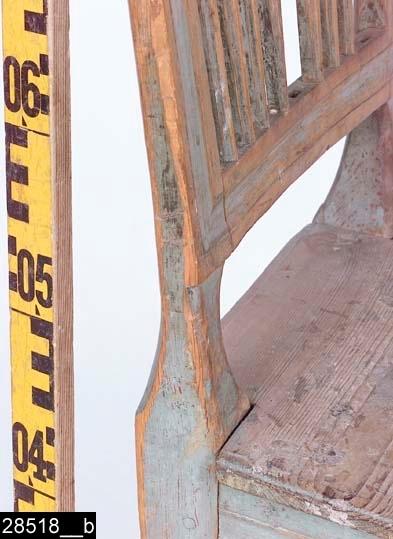 """Anmärkningar: Stol, gustaviansk modell, omkring 1800.  Överstycke, sidostolpar och ryggslå är kälade. Kälningarna går in varandra (bild 28518__b). Överstycket har ett litet upphöjt krön. Genombruten rygg med sju spjälor. Ryggstolparna är kontursågade i partiet mellan ryggslån och sitsen (bild 28518__b). Sits av trä. Framsarg och sidosargar är kälade. Fyra nedåt avsmalnande ben. Frambenen har """"inskjuten"""" kvadratisk dekor strax nedanför sargen. Ett H-kryss förbinder benen. H:930 Br:435 Dj:405  Hela stolen är av furu, utom överstycket och ryggslån som är av ljust lövträ. Hela stolen är blåmålad och bär spår av naturligt slitage.  Ursprungligen bestod invnr. 4766 av tre poster. I samband med stiftelseupplösningen 2005 gjordes ett urval, och en av stolarna överfördes i Västerås stads ägo att förvaltas av Vallby Friluftsmuseum. Stolen finns nämnd i 2003 års inventeringsförteckning över Vallby. I Västmanlands läns museums ägo kvarstår två stolar. Den ena har fortfarande invnr. 4766 och den andra har, av projektet Access, fått inventarienumret 28518 i samband med projektets genomgång av bl.a stolar 2006.  Tillstånd: Stolen är ranlig. Två ryggspjälor saknas. Stolen lutar år vänster.  Historik: Köpt av Carl Johansson, Tveta, Himmeta sn.11.12.1925, för 12 kronor."""