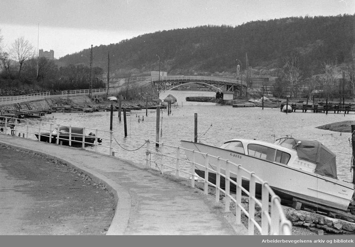Ormsundveien. Det bygges til havn for containertrafikken.November 1969