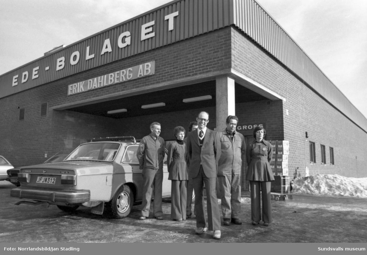 EDE-bolagets snabbgross i Bydalen. Personalen uppställd utanför samt direktör Karl-Erik Dahlberg.