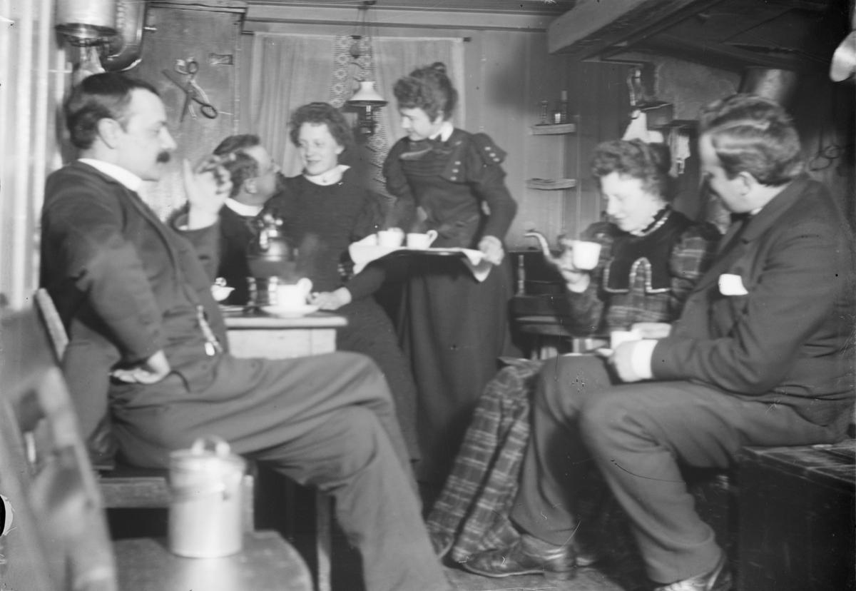 Seks personer i festlig lag