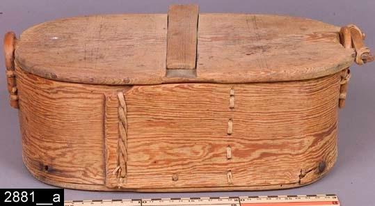 Anmärkningar: Svepask, 1800-talets första hälft.  Oval svepask med ett lock som fästs i vidjor på kortändarna. Locket är försett med en tvärliggande träslå som går att skjuta åt sidan. Invändigt är asken tom (bild 2881__b). H:150 L:390 Dj:195  Historik: Gåva från Ivan Eriksson, Västerlövsta sn, N. Hårsbäck vid intendent Sven T. Kjellbergs besök, 1923.  Negativnummer: X-979