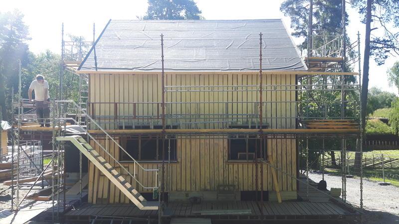 Panelet kommer på plass på huset fra Olderfjord, juni 2018