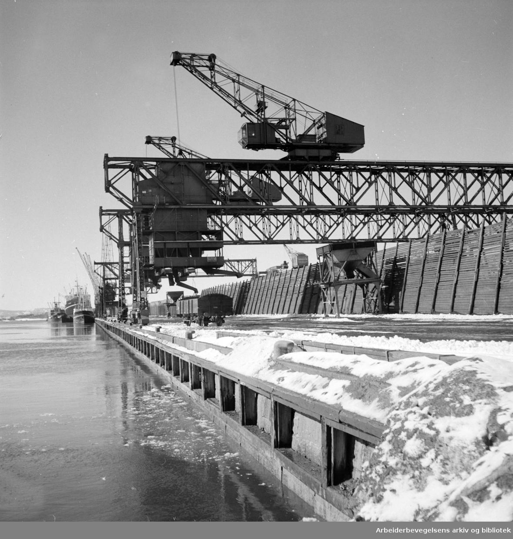 Havna. Brendselsentralens lager i Filipstad. Mars 1951