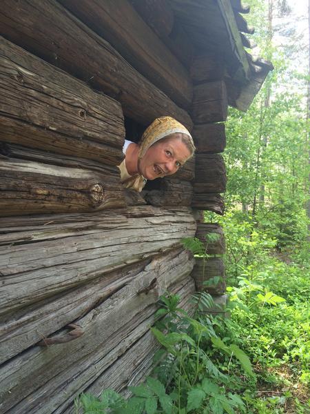 Kjerring på tunet, Liv i stuene. Foto/Photo