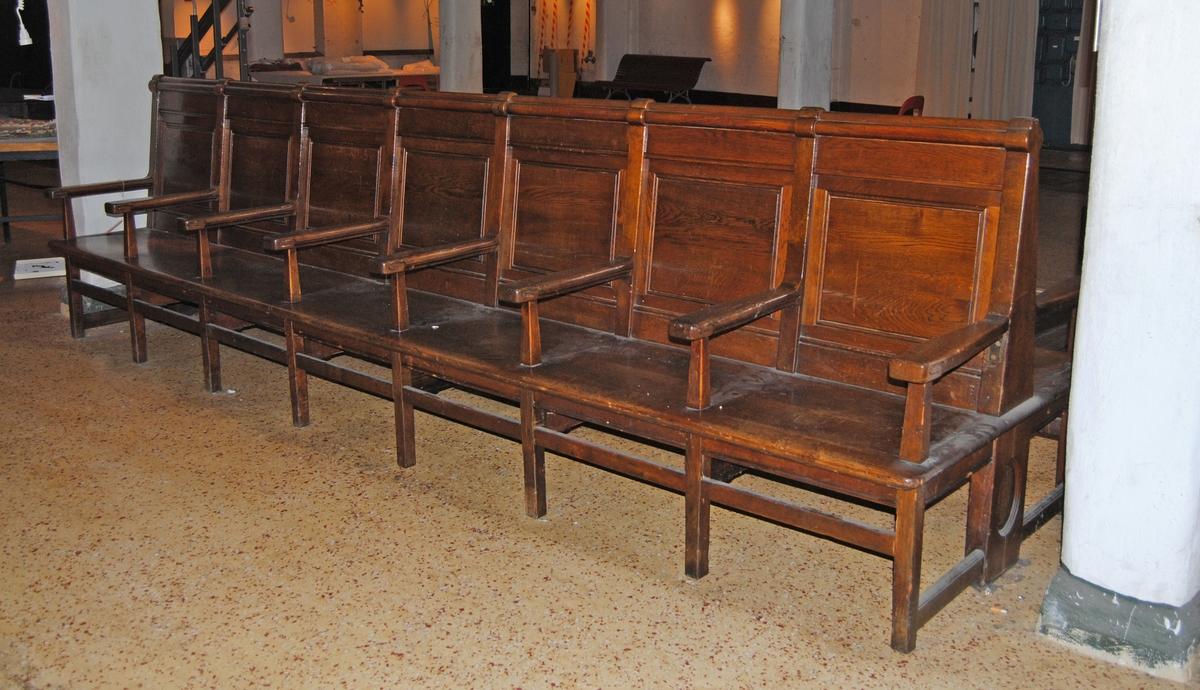 Säten på vardera sidan av ryggstödet Brunbetsad med 8 armstöd och benpar.