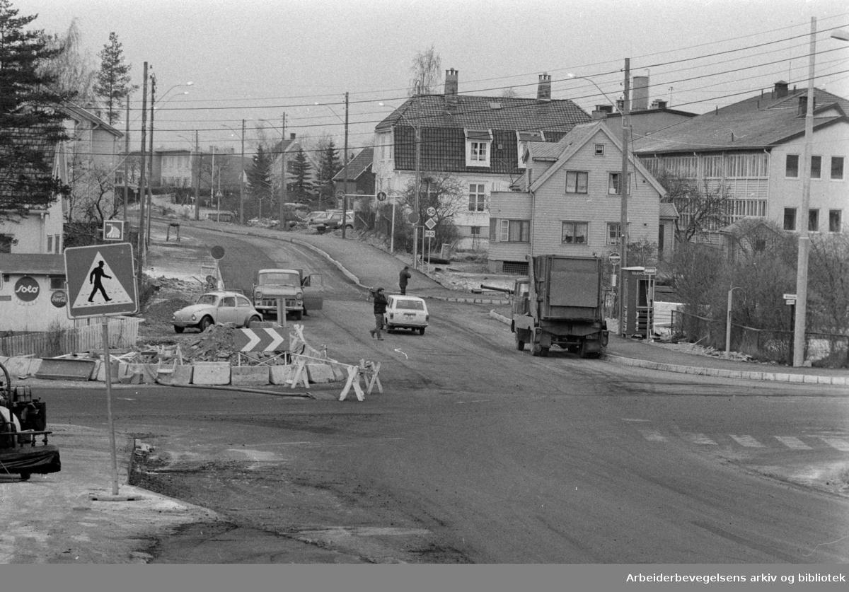 Enebakkveien sett fra Lambertseterveien. November 1972