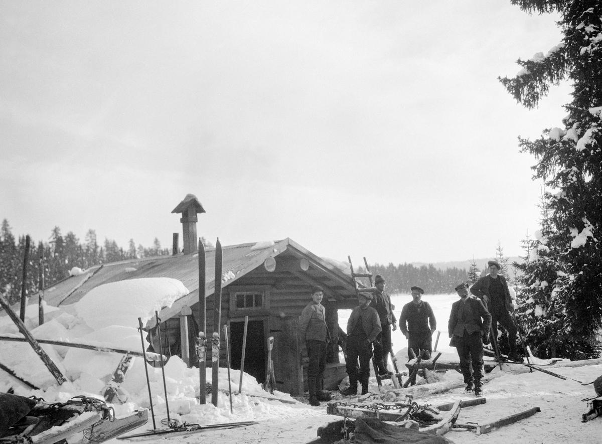 f5a9f3e07 Utemiljø ved tømmerkoie, antakelig fotografert vinteren 1926 i ...