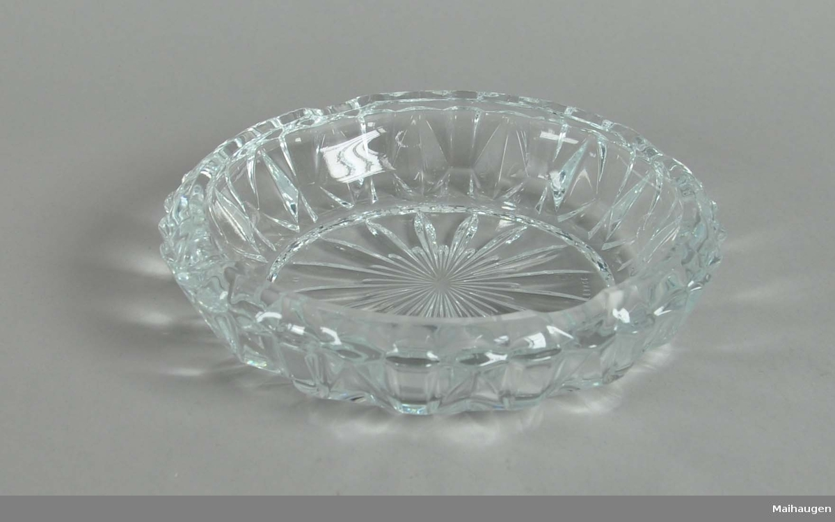 Askebeger av glass. Rund form, med fassetert og profilert dekor.