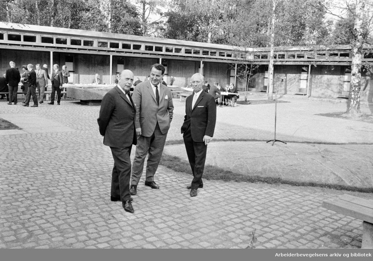 Ekeberg. Ny garderobe på Ekeberg. Thorleif Mathisen viser fram resultatet. Mai 1968