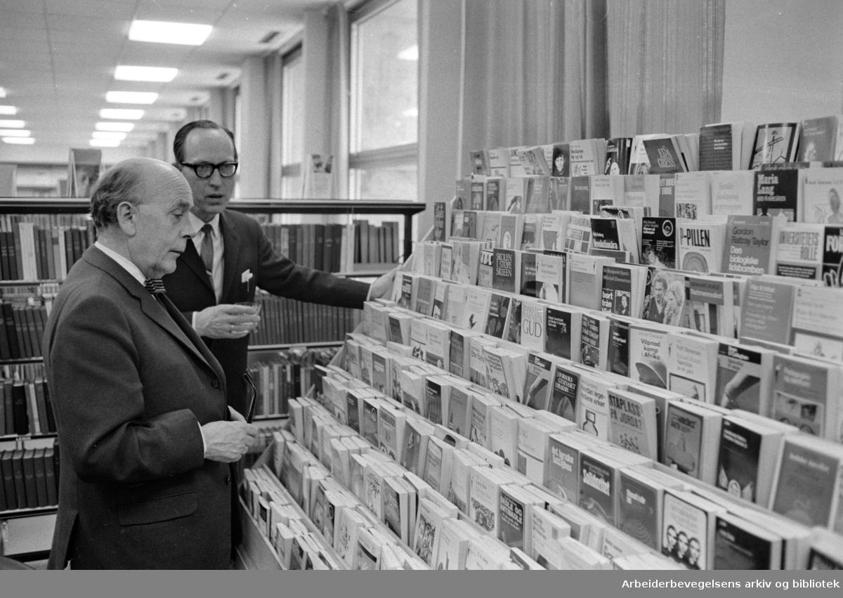 Deichmanske Bibliotek: Filial på Årvoll. Ordfører Brynjulf Bull (t.v.) og biblioteksjef Hans Fløgstad. Interiører. Januar 1970