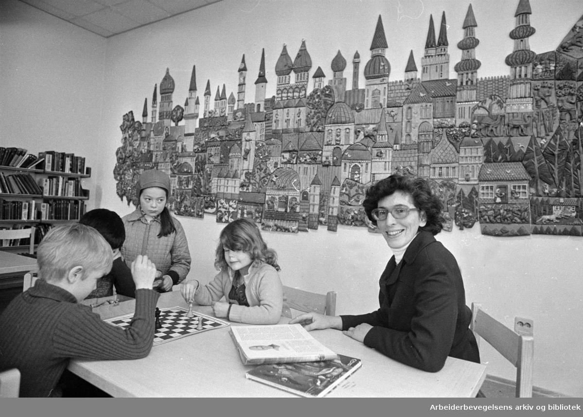 Deichmanske Bibliotek: Barneavdelingen har fått ny eventyrvegg laget av Tulla Blomberg Ranslet. Interiører. .Februar 1973