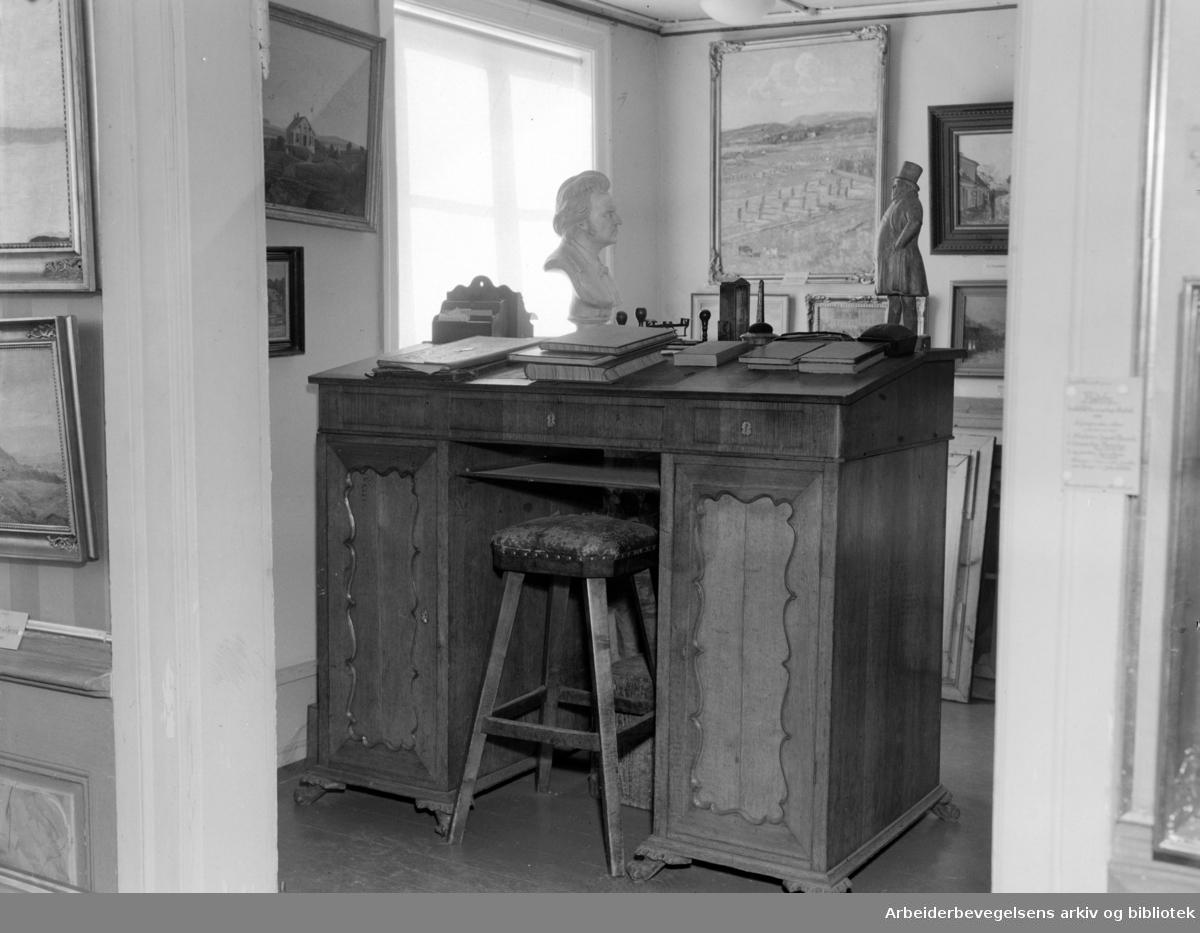 Bymuseet. (Frogner hovedgård). Interiør. Thomas Heftyes skrivepult. Mars 1950