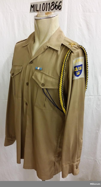 Skjorta m/1961, storlek 38. Med ägiljett (blå/gul) och bandspänne.