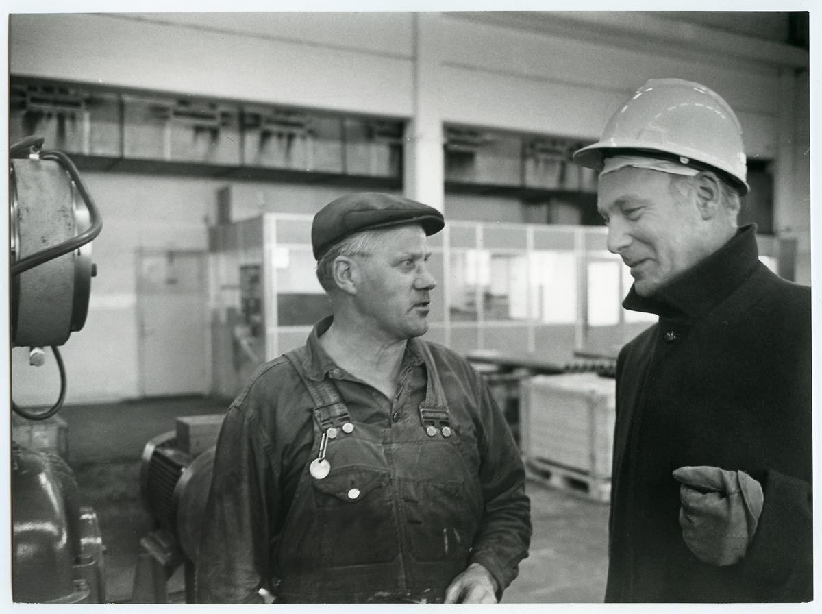 Direktör Stig Ljunggren, brukschef vid Guldsmedshyttans bruk i samtal med bruksarbetare.