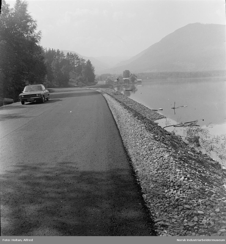 Ny asfalt på fylkesvei 364 mot Atrå, utsikt mot Sigurdsrud.