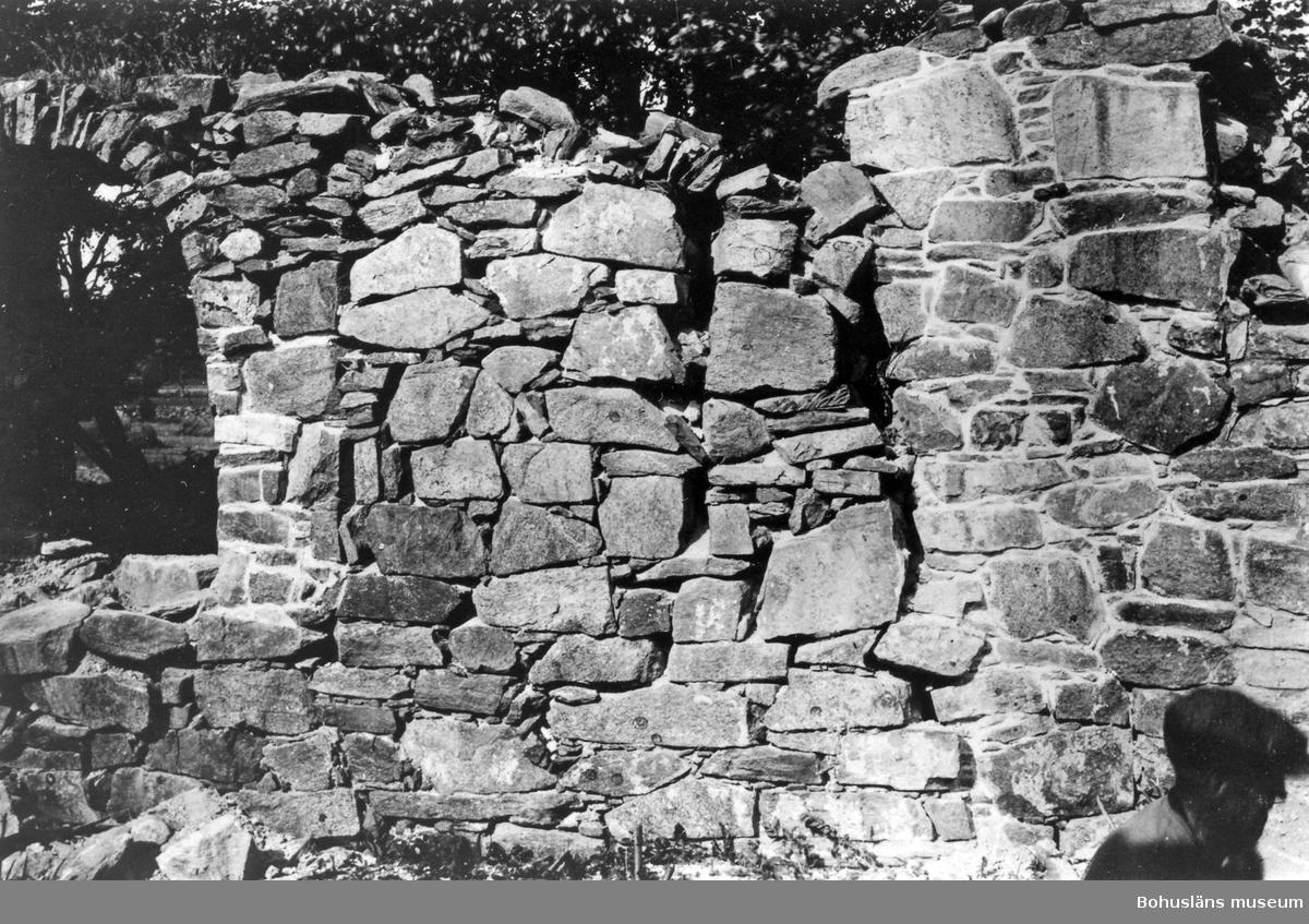"""Text till bilden: """"Ytterby kyrkoruin. Vid restaureringen 1927. Interiör med NV fönstret""""."""