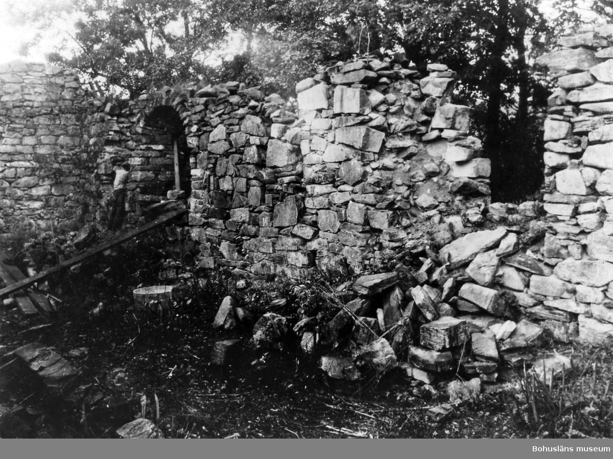 """Text till bilden: """"Ytterby kyrkoruin. Vid restaureringen 1927. Den igenmurade S portalen, som fallit sönder. Exteriör""""."""