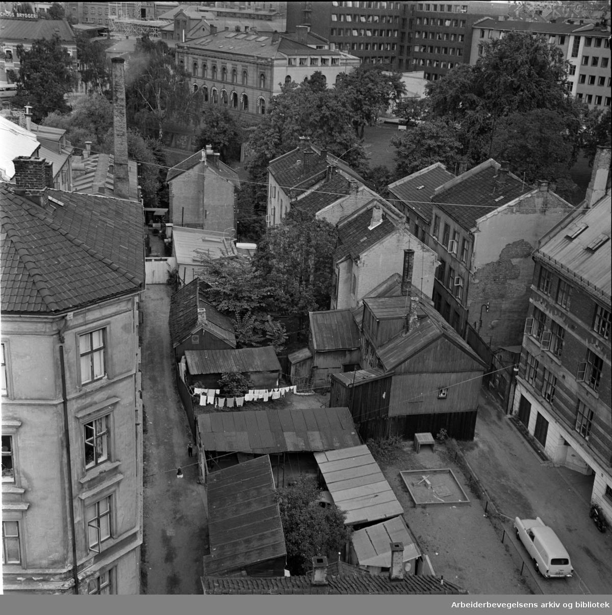 Akerselva. Vaterland. Øvre Vaskegang til venstre, Nedre Vaskegang til høyre. Trondheimsveien 3 ses i midten i bakgrunnen. September 1961