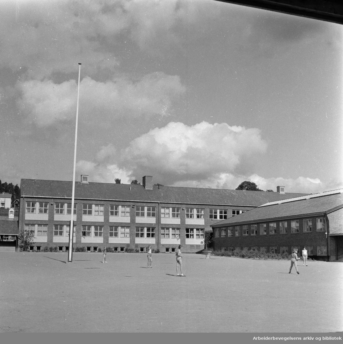 Årvoll skole. Eksteriør. September 1957