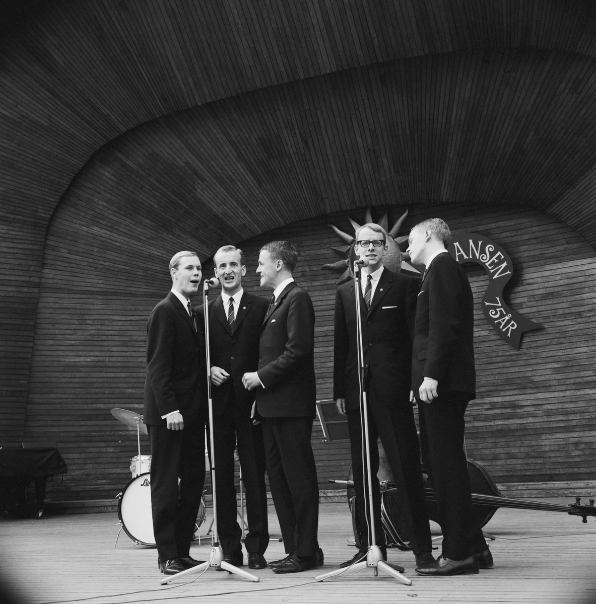 Skansen 75 år. Fem sjungande män på Sollidenscenen.